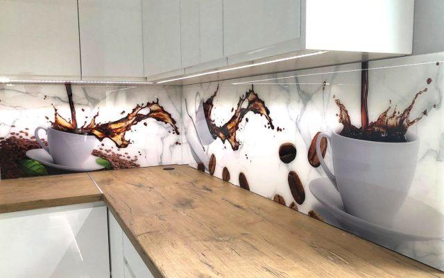 panel szklany kuchnia biala drewno blat kawa filizanka
