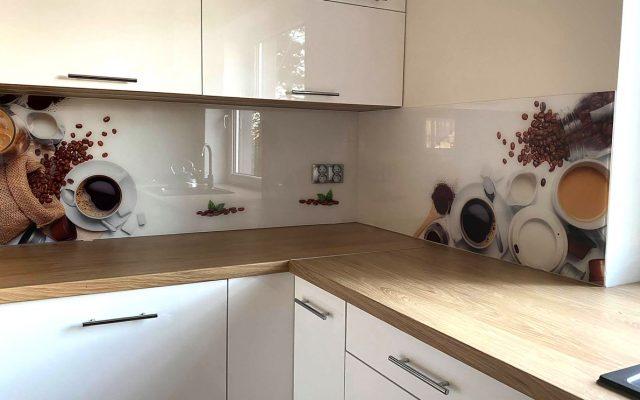 panel szklany kuchnia biala drewno blat kawa filizanka ziarno