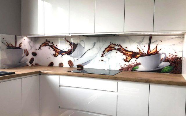 panel szklany kuchnia biala drewno kawa filizanka