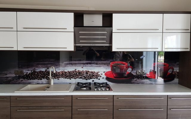 panel szklany kuchnia biala drewno kawa filizanka czerwona