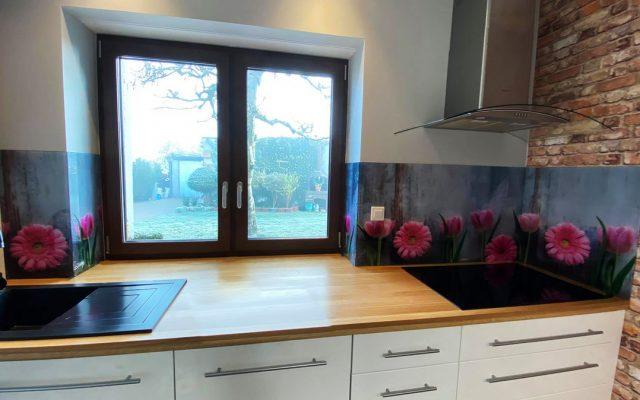 panel szklany kuchnia kwiaty roz gerber szary beton optiwhite