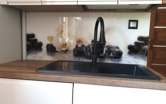 panel szklany kuchnia lilie kamienie bialy