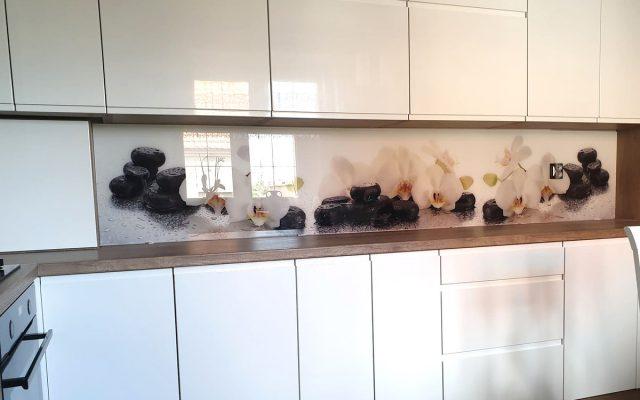 panel szklany kuchnia lilie kamienie bialy czarny