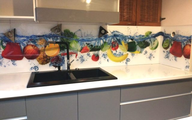 panel szklany kuchnia owoce woda truskawka jablko ananas