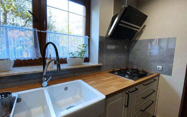panel szklany kuchnia szary beton drewno 02