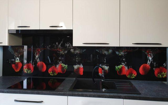 panel szklany kuchnia truskawka woda czarny