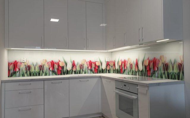 panel szklany kuchnia tulipan bialy kwiaty kolorowe